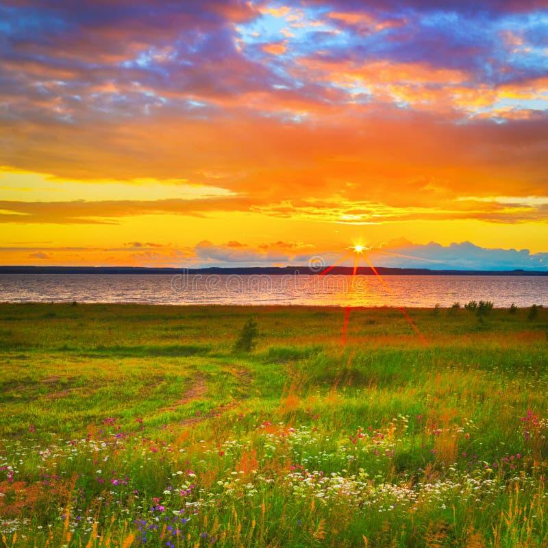 Piękny krajobraz Zmierzch nad rzecznym Kama obraz royalty free