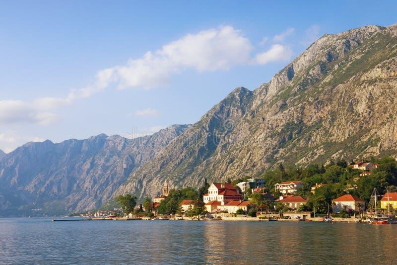 piękny krajobrazowy śródziemnomorski Montenegro, Adriatycki morze Widok zatoka Kotor i nadmorski Dobrota miasteczko na letnim dni zdjęcia stock