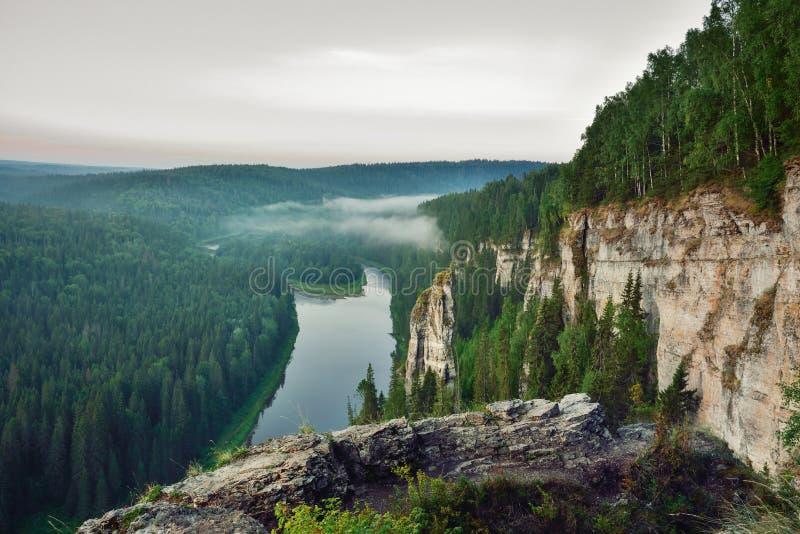 piękny krajobrazowy gór lato wschód słońca Wschód słońca Rosja, Ural, Usva kamienie zdjęcie stock