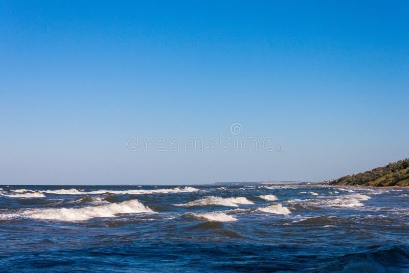 Piękny krajobrazowy niebieskiego nieba morze i fala plaża fotografia royalty free