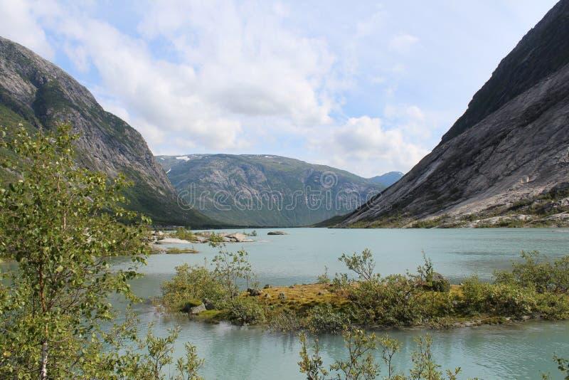 piękny krajobrazowy Norway Góry i jezioro zdjęcia royalty free
