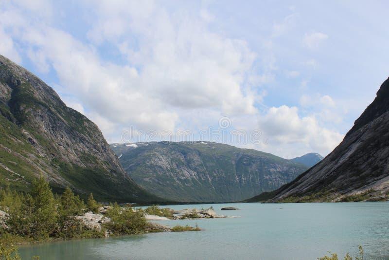 piękny krajobrazowy Norway Góry i jezioro zdjęcia stock