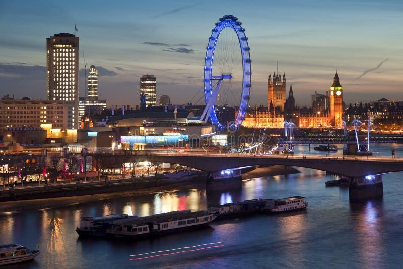 Piękny krajobrazowy wizerunek Londyńska linia horyzontu przy nocy patrzeć fotografia royalty free