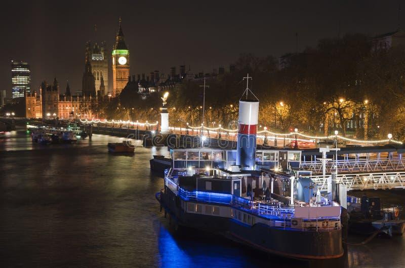 Piękny krajobrazowy wizerunek Londyńska linia horyzontu przy nocy patrzeć fotografia stock