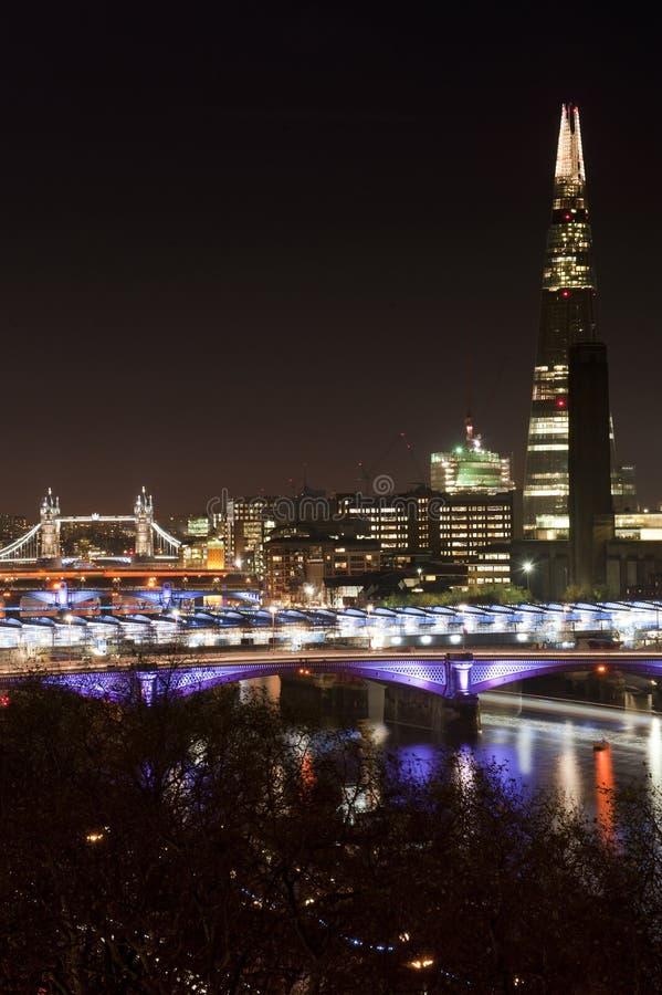Piękny krajobrazowy wizerunek Londyńska linia horyzontu przy nocy patrzeć zdjęcie stock
