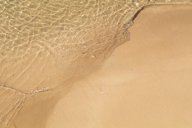 Piękny kryształ - jasna woda morska, Delikatne fala na złotym piasku zdjęcia royalty free