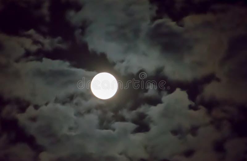 Piękny księżyc w pełni i biały chmurnego nieba tło w midnight nieba tle, blask księżyca na Halloweenowej nocy bez gwiazd fotografia stock