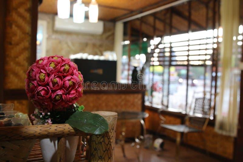 Piękny kwiat na stole przy sklep z kawą obrazy royalty free