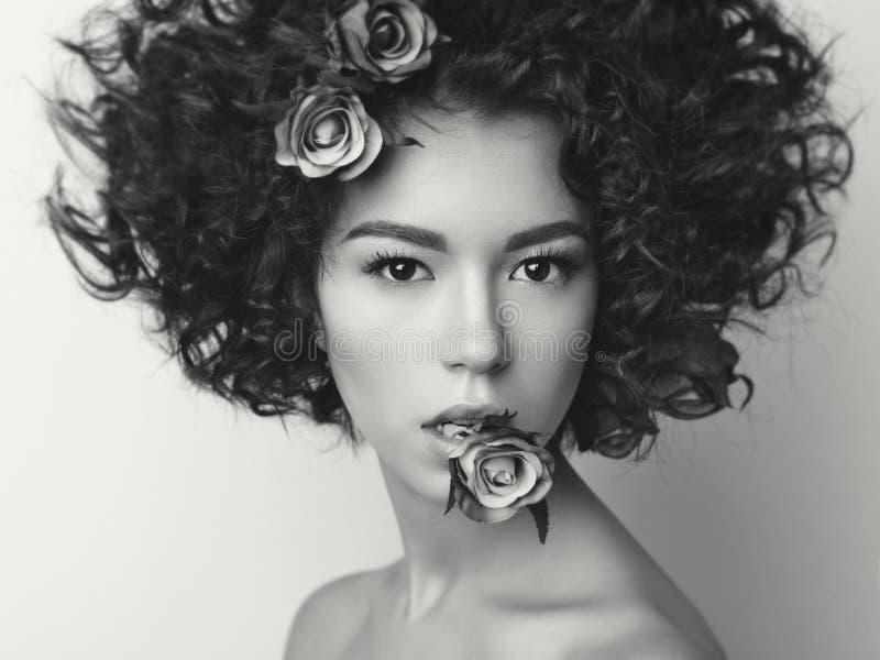 piękny kwiat włosy jej młode kobiety obraz royalty free