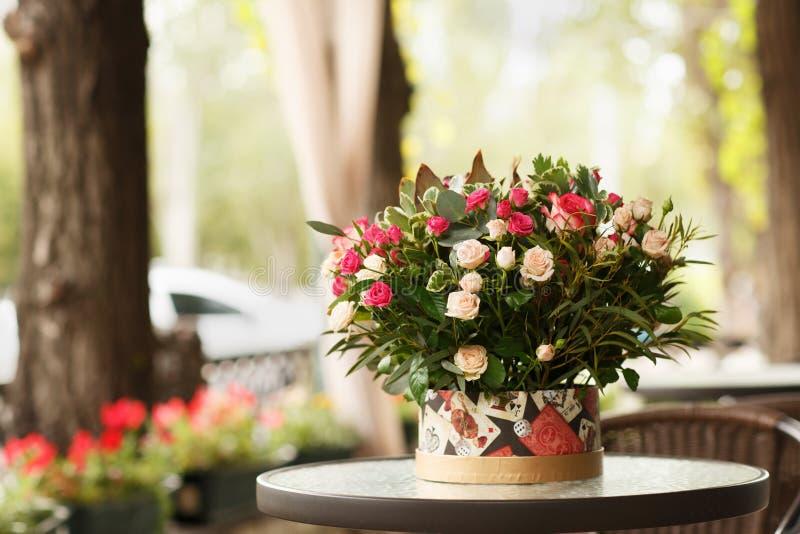 Piękny kwiatu okwitnięcie w bukiecie na kwiaciarnia sklepu tle Romantyczny teraźniejszy pojęcie kosmos kopii obraz royalty free