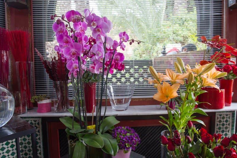 Piękny kwiatu phalaenopsis i pomarańcz leluje obraz stock