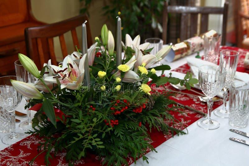 Piękny kwiecisty centerpiece z świeczkami na świątecznym łomota ta zdjęcia stock