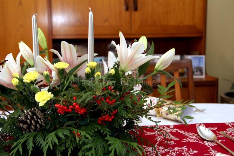 Piękny kwiecisty centerpiece z świeczkami na świątecznym łomota ta obraz royalty free