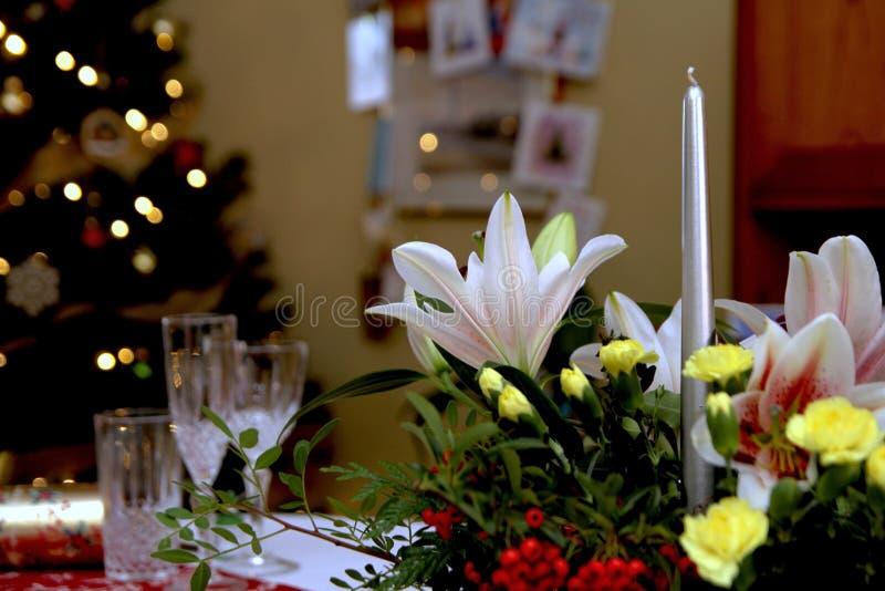 Piękny kwiecisty centerpiece z świeczkami na świątecznym łomota ta fotografia stock