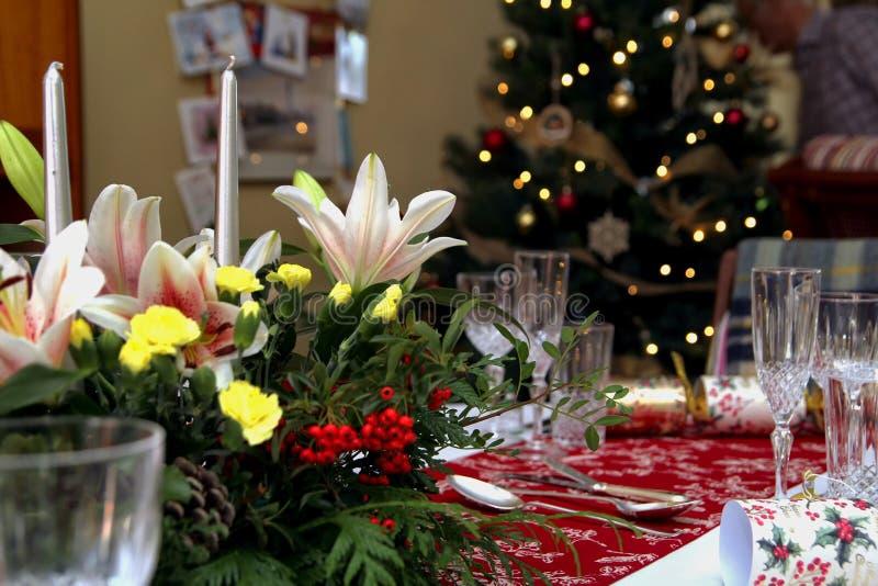 Piękny kwiecisty centerpiece z świeczkami na świątecznym łomota ta zdjęcie stock