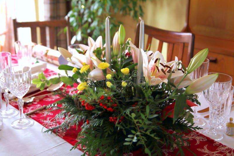 Piękny kwiecisty centerpiece z świeczkami na świątecznym łomota ta zdjęcie royalty free