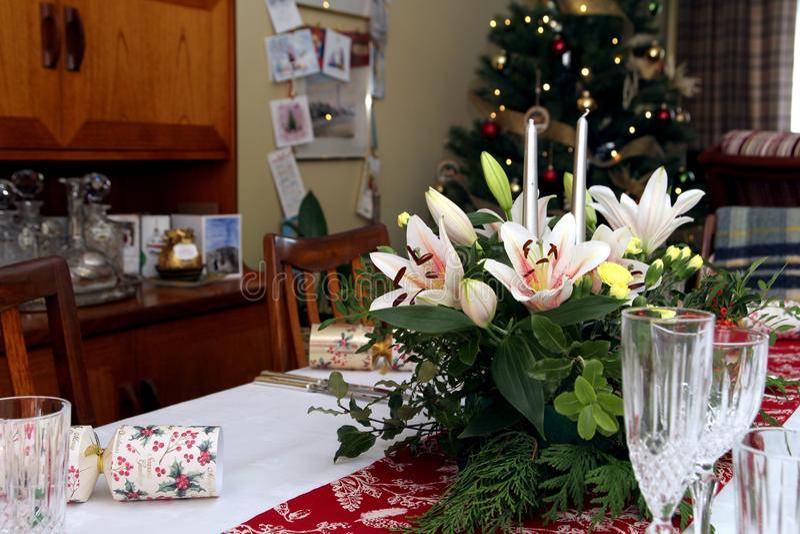 Piękny kwiecisty centerpiece z świeczkami na świątecznym łomota ta zdjęcia royalty free