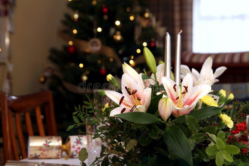 Piękny kwiecisty centerpiece z świeczkami na świątecznym łomota ta obrazy royalty free