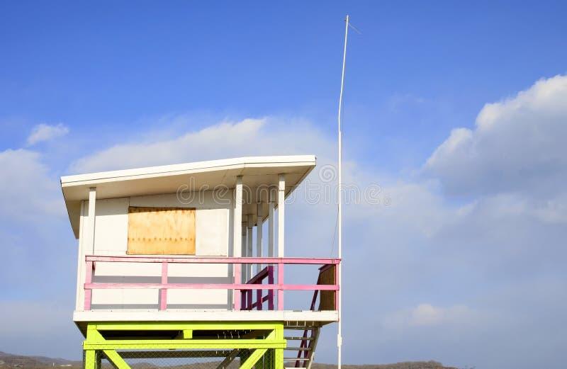 Piękny lato dom na plaży w zimie obraz stock