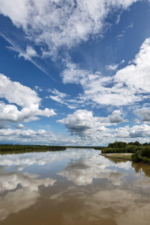 Piękny lato krajobraz Kamchatka: Kamchatka rzeka fotografia stock