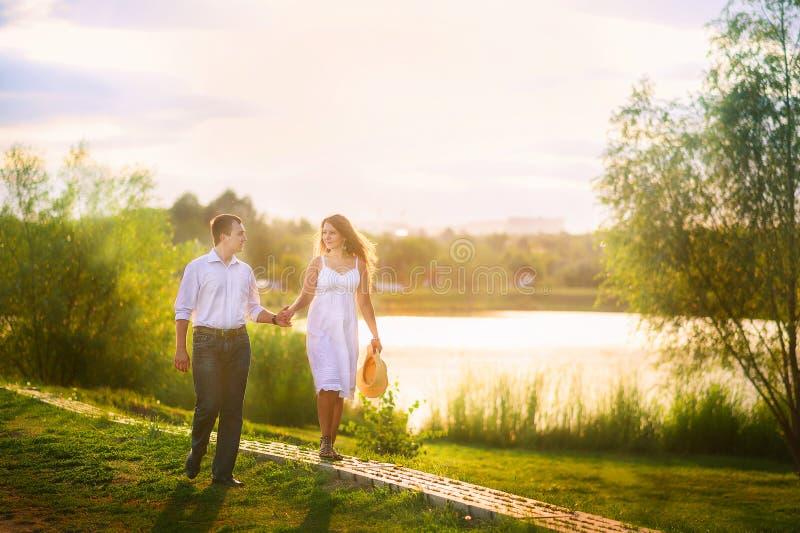 Piękny lato obrazek na naturze rzeką Kochająca para przy gazebo fotografia stock