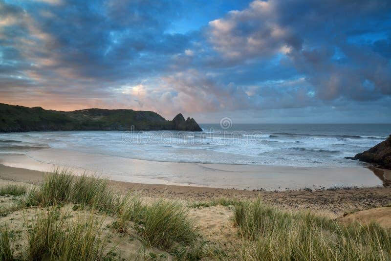 Piękny lato wschodu słońca krajobraz nad żółtą piaskowatą plażą fotografia royalty free
