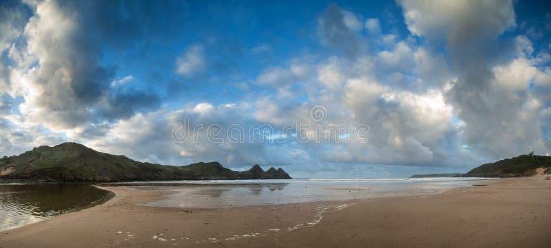 Piękny lato wschodu słońca krajobraz nad żółtą piaskowatą plażą obraz stock