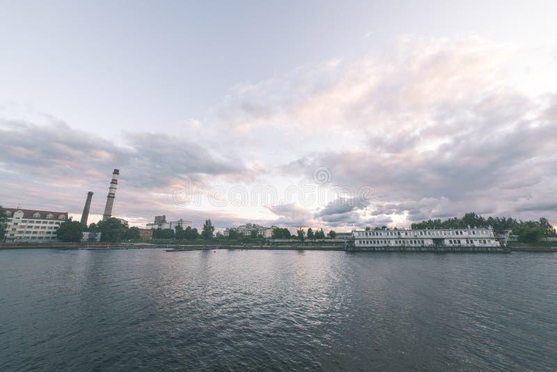 Piękny lato zmierzch w porcie morskim - rocznika filmu spojrzenie zdjęcia royalty free