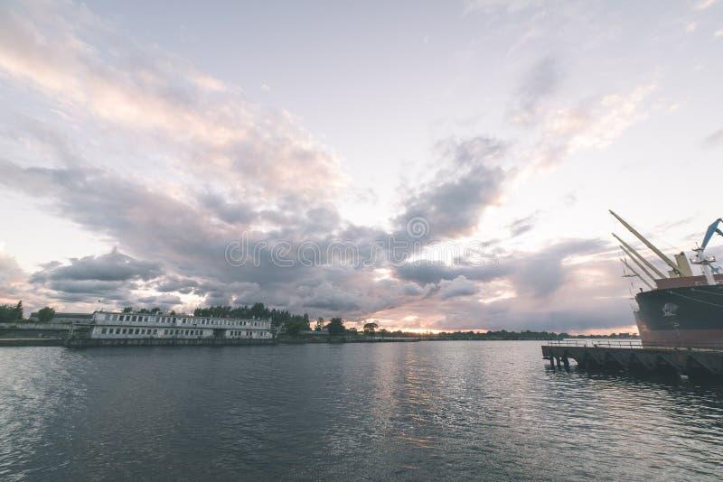 Piękny lato zmierzch w porcie morskim - rocznika filmu spojrzenie zdjęcie stock