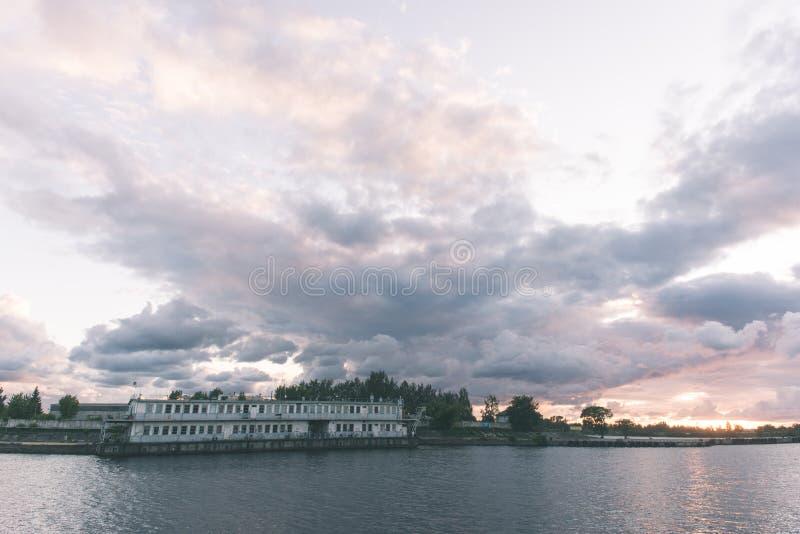 Piękny lato zmierzch w porcie morskim - rocznika filmu spojrzenie fotografia stock