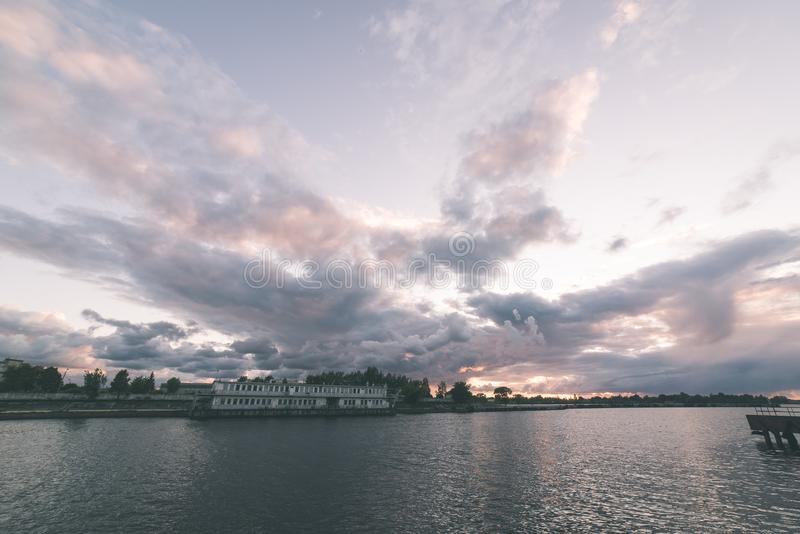 Piękny lato zmierzch w porcie morskim - rocznika filmu spojrzenie obrazy stock