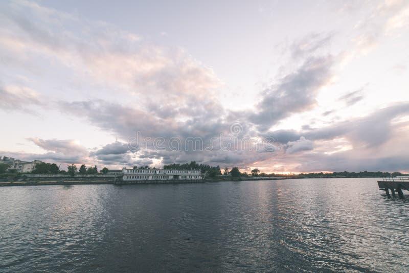 Piękny lato zmierzch w porcie morskim - rocznika filmu spojrzenie fotografia royalty free