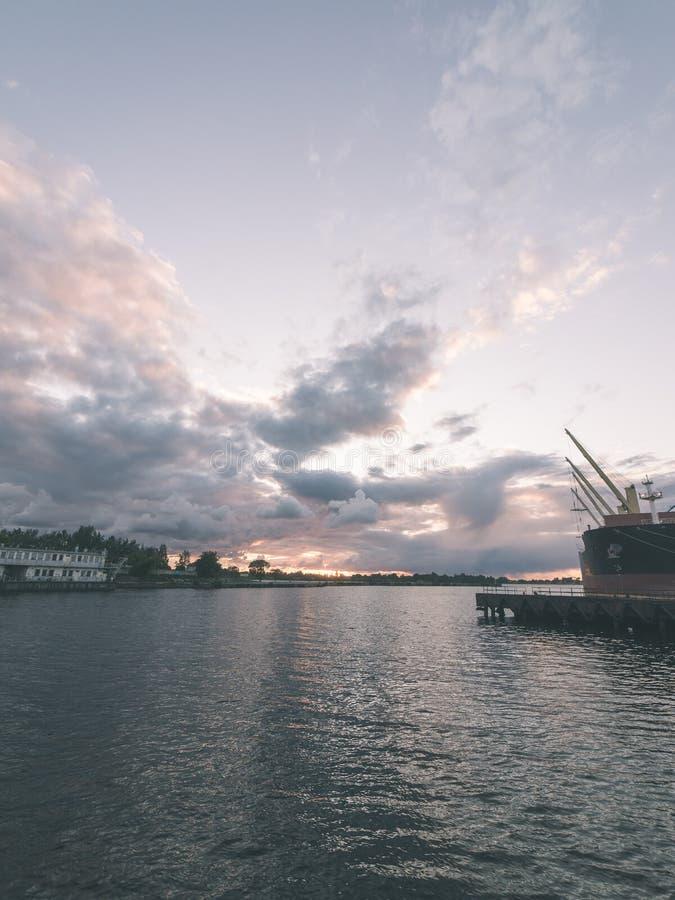 Piękny lato zmierzch w porcie morskim - rocznika filmu spojrzenie obrazy royalty free