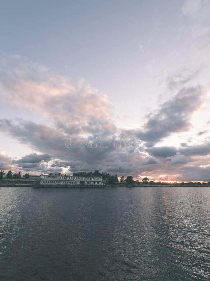 Piękny lato zmierzch w porcie morskim - rocznika filmu spojrzenie obraz stock