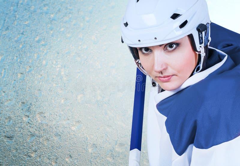 Piękny lodowego hokeja gracza mody żeński portret na lodowym tle obraz stock
