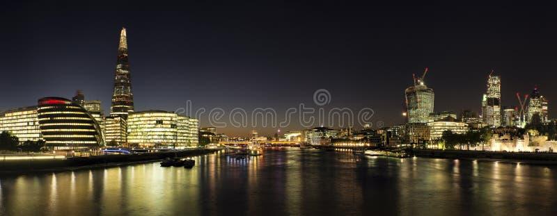 Piękny Londyński miasto linii horyzontu krajobraz przy nocą z jarzyć się ci obrazy royalty free