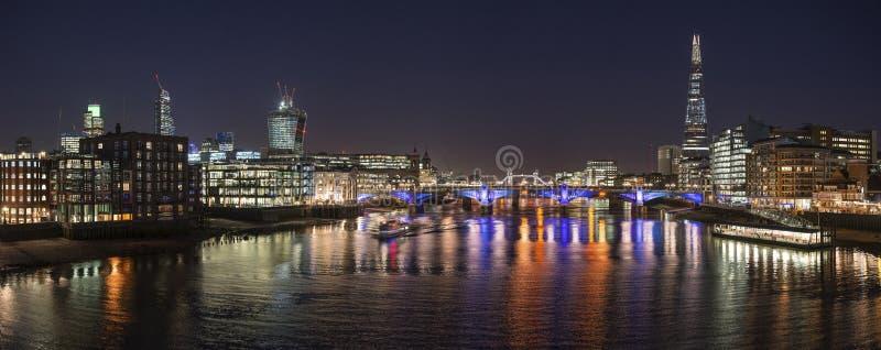 Piękny Londyński miasto linii horyzontu krajobraz przy nocą z jarzyć się ci obraz royalty free