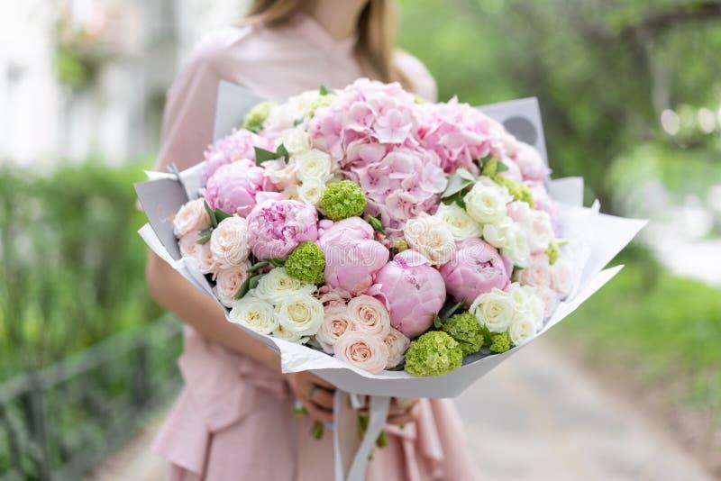 Piękny luksusowy bukiet mieszani kwiaty w kobiety ręce praca kwiaciarnia przy kwiatu sklepem mała rodzina obrazy stock
