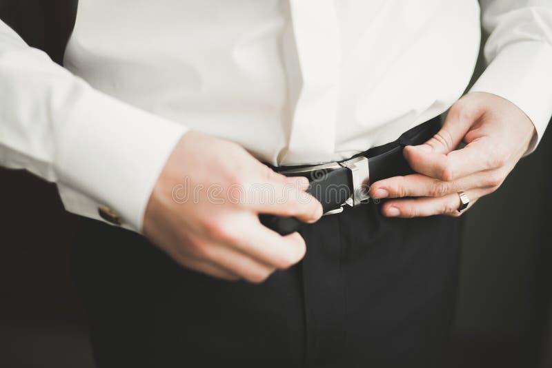 Piękny mężczyzna, fornal pozuje i przygotowywa dla poślubiać obrazy stock