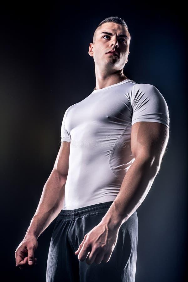 Piękny męski młody bodybuilder pozować obraz stock