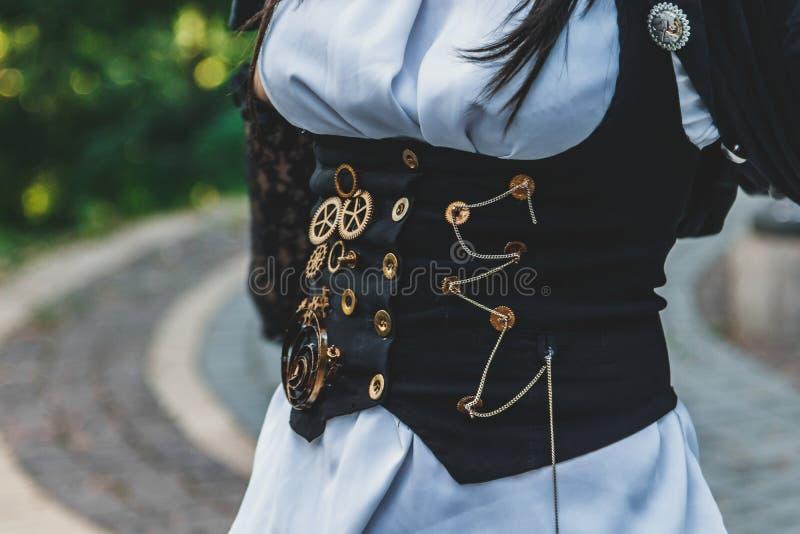 Piękny, młoda dziewczyna ubierająca w stylowym steampunk fotografia stock
