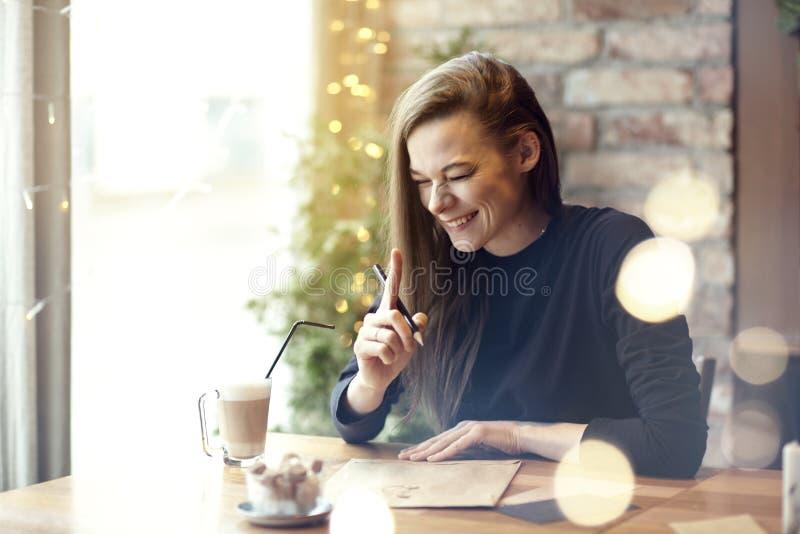 Piękny młoda kobieta śmiech pije kawę w cukiernianej restauraci, portret roześmiana szczęśliwa dama blisko okno Powołanie wakacje obrazy royalty free