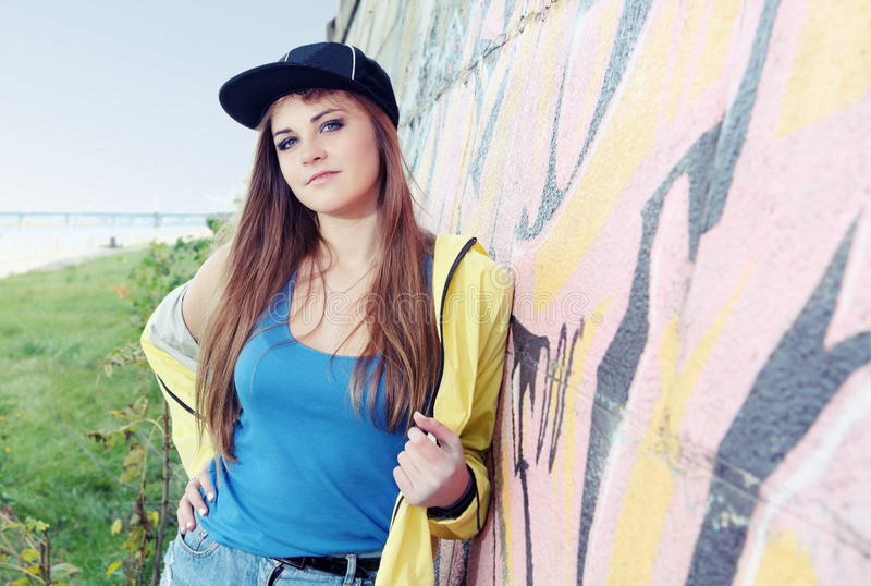 Piękny młoda kobieta nastolatek blisko Miastowej ściany fotografia stock