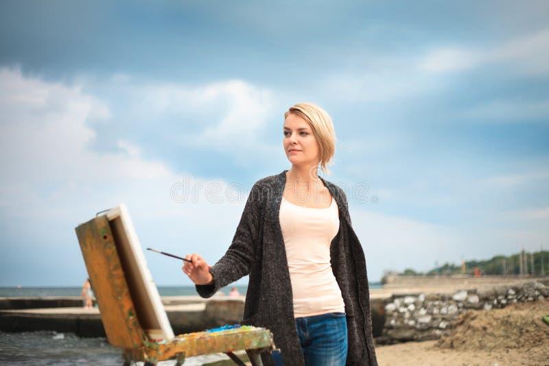 Piękny młoda kobieta obraz na tle niebo i morze Pojęcie twórczość fotografia royalty free