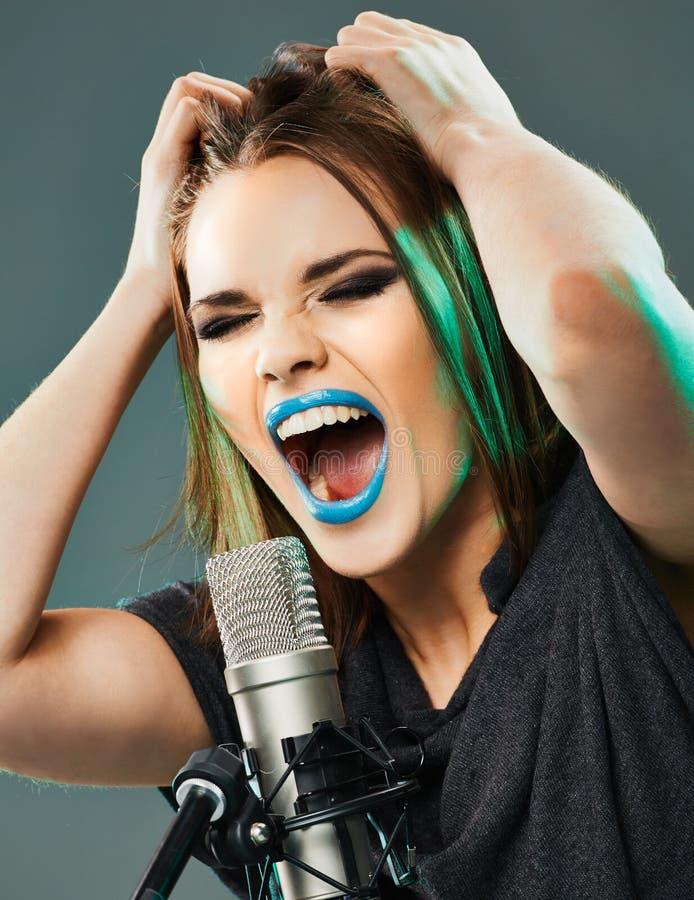 Piękny młoda kobieta piosenkarz fotografia royalty free