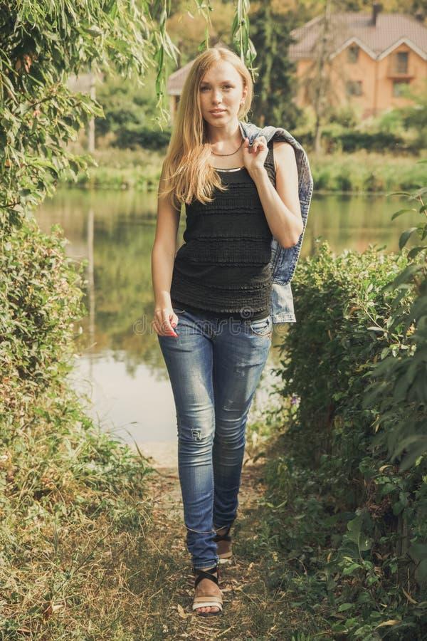 Piękny młoda kobieta portret obrazy stock