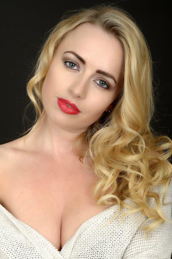 Piękny młoda kobieta portret Patrzeje kamerę zdjęcie stock