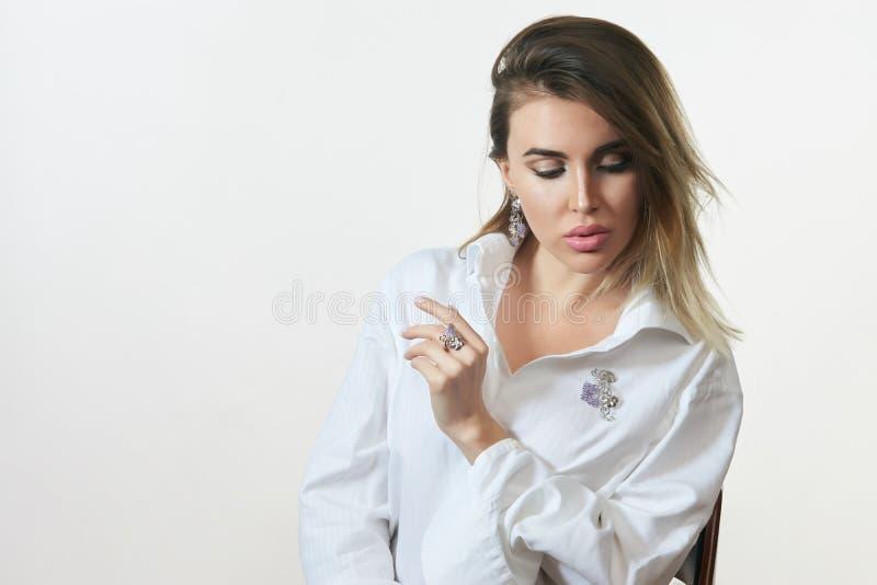 Piękny młoda kobieta portret w białej koszula pozuje przeciw białemu tłu zdjęcia royalty free