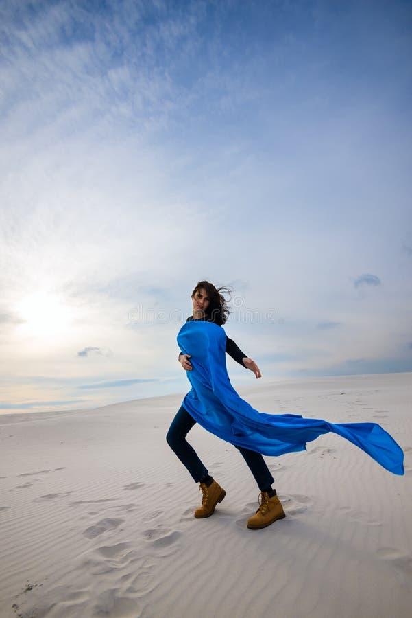 Piękny młoda kobieta taniec w pustyni na wiatrze fotografia royalty free