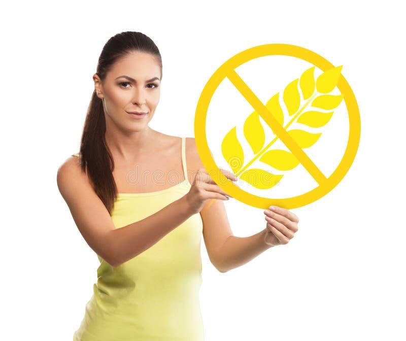 Piękny, młoda kobieta trzyma glutenu bezpłatnego symbol zdjęcia stock